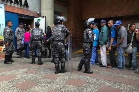 Polícia controla fila em porta de supermercado em Caracas