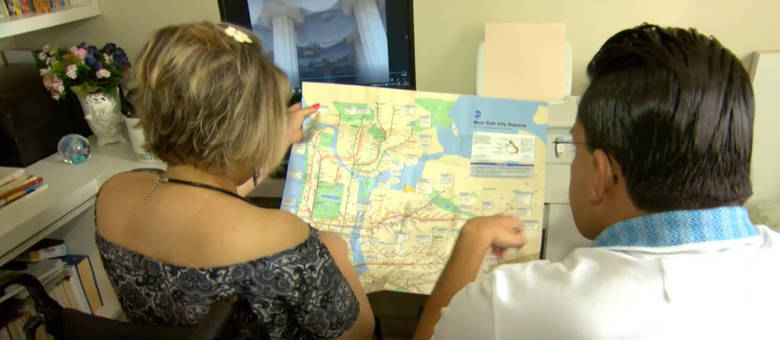 Thiago Helton e Laura Martins analisando um mapa.