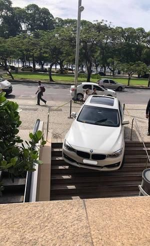 Carro avançou sobre escadaria