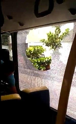 Ônibus foi apedrejado na rodovia