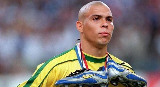 Ronaldo foi quem começou a fazer de tudo para mostrar as chuteiras Nike