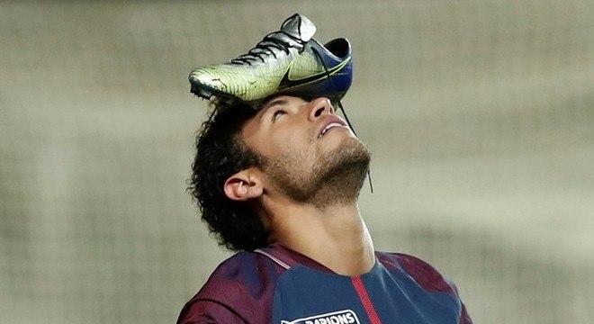 6896e696df Neymar usa a cabeça para expor chuteiras de R  1.299