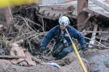 Bombeiro procura por sobreviventes em Montecitos