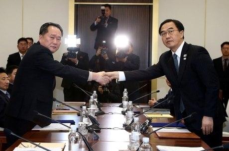 Reunião entre sul e norte-coreanos para acordar participação na Olimpíada de Inverno, vista como oportunidade de diálogo bilateral