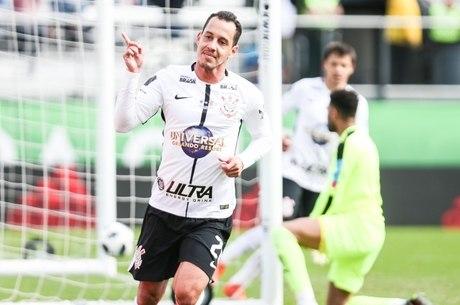 Rodriguinho abriu placar para Corinthians no 1º tempo
