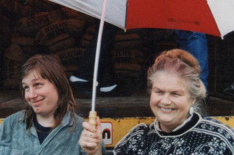 Polly e a mãe, Sheila, em 1992 sob um guarda chuva