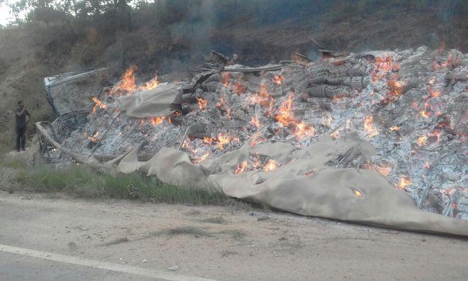 De acordo com informações do Corpo de Bombeiros, um automóvel, uma carreta carregada de papel, um microônibus e duas vans se colidiram na rodovia. A carreta pegou fogo