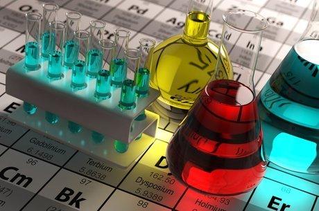 Além do plutônio não há elementos pesados que ocorram naturalmente na Terra; eles precisam ser sintetizados