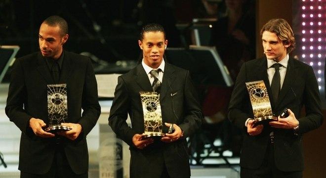 Ronaldinho Gaúcho desbancou Henry e Shevchenko na eleição da Fifa em 2004