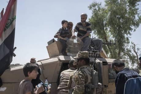 Soldados iraquianos resgatando crianças em Mossul