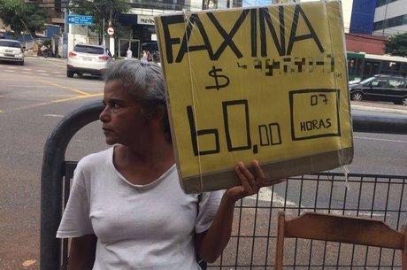 Rosana da Silva exibe um pedido de emprego todos os dias na Vila Mariana, bairro da zona sul de São Paulo