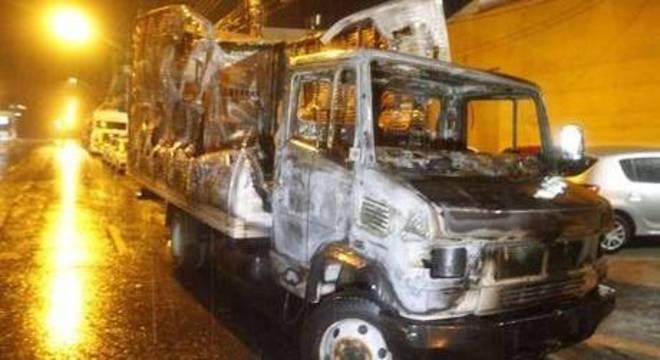 Caminhão incendiado após tentativa de roubo de carro-forte na Tamoios