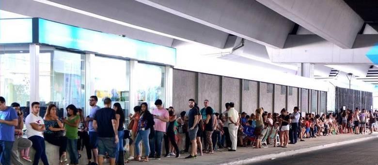 Argentinos formam fila para tomar vacina em hospital no bairro de La Boca, em Buenos Aires