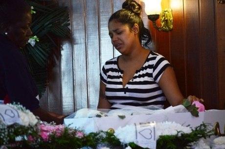Niedja se despede do bebê que morreu no acidente