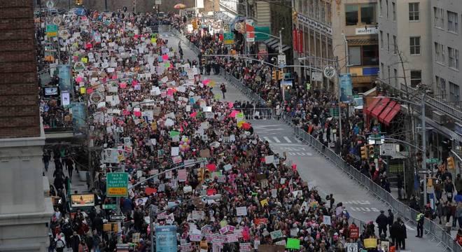 Americanas protestando da Sexta Avenida, em Nova York
