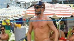 Sem camisa, Rodrigo Hilbert exibe boa forma em partida de vôlei de praia ()
