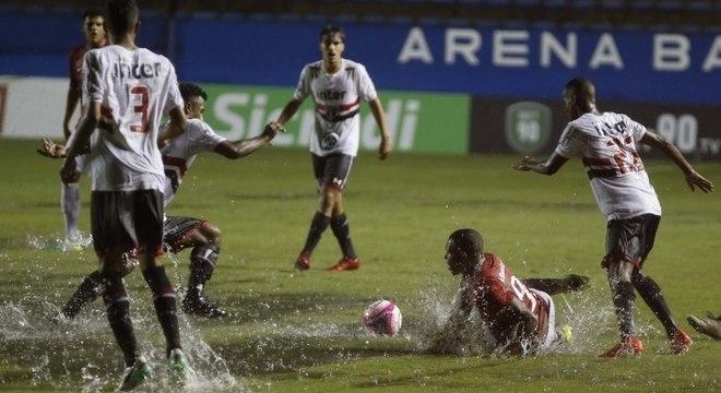Internacional e São Paulo tiveram momentos de pouco futebol na Arena Barueri