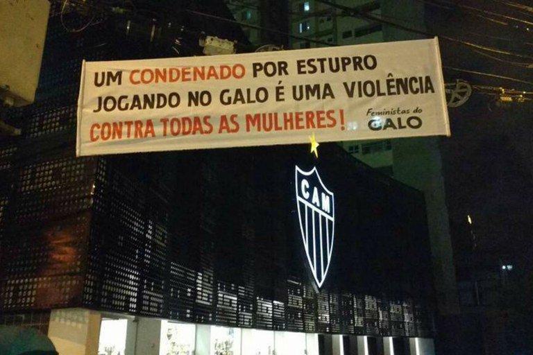 Robinho viaja para assinar com clube turco