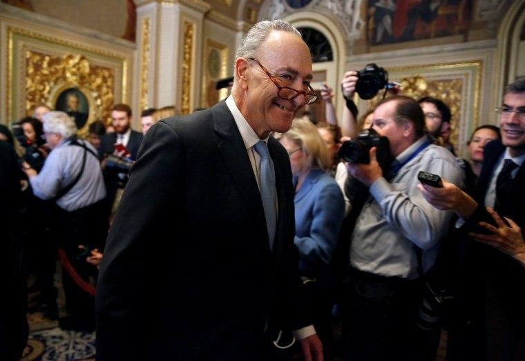 Senadores democratas viabilizam fim de paralisação governamental — EUA