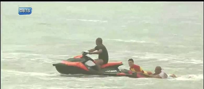 Equipe faz busca por corpos da Praia da Pina, em Recife (PE)