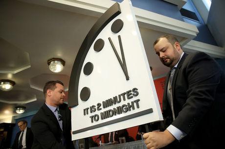 Relógio apresentado marca dois minutos para a meia-noite