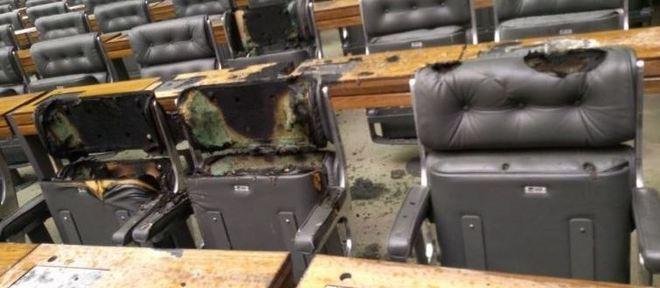 Fogo destrói cadeiras, mesas e um pedaço do carpete do plenário da Câmara