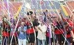 Presidente Eduardo Bandeira de Mello comemora conquista da Copinha junto com jogadores do Flamengo após vitória sobre o São Paulo na final do torneio