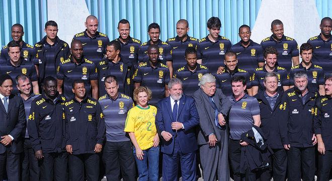 Dunga submeteu sua Seleção, em 2010, a Lula