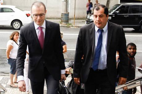 Advogado chega à PF para entregar passaporte de Lula