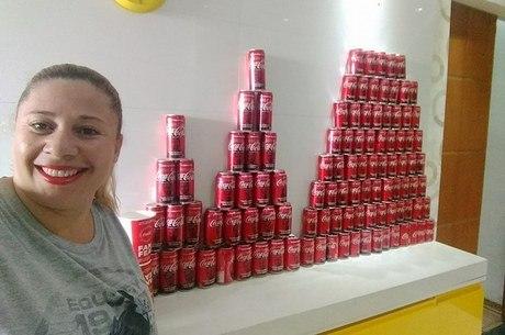 Marilene Ribeiro com parte dos refrigerantes