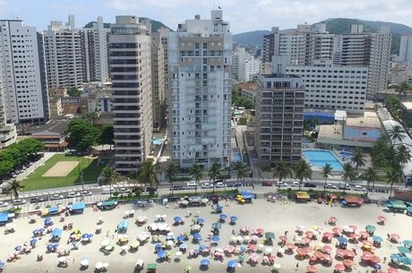 Edifício (c) está na orla de Guarujá (SP)