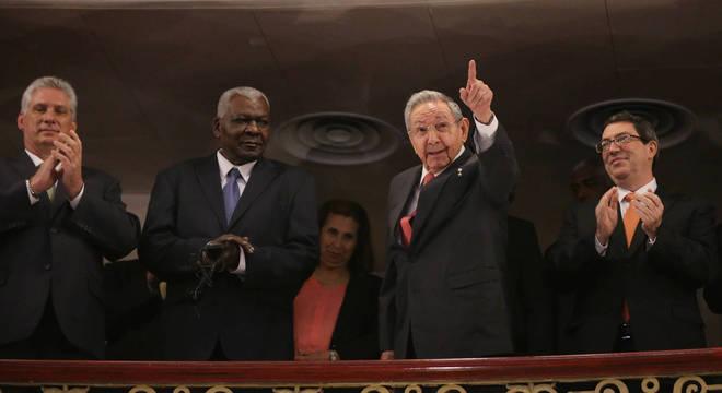 Díaz-Canel (na ponta, à esquerda) é líder reconhecido no partido comunista
