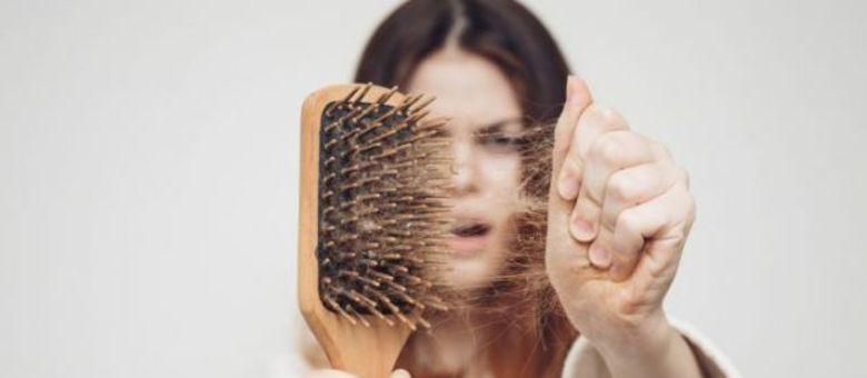 Dietas restritivas também podem contribuir para queda de cabelo