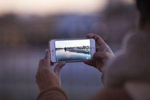 """Tirar fotos com seu smartphone é bem rotineiro e quase uma arte — por isso <b><a href=""""https://noticias.r7.com/tecnologia-e-ciencia/fotos/dicas-para-sair-bem-na-selfie-e-fazer-muito-sucesso-nas-redes-sociais-25012018#!/foto/1"""">ensinamos a mandar bem nas selfies</a></b>. Mas, quais são as melhores câmeras de smartphones hoje? Responderemos essa questão agora para ajudar na próxima compra"""