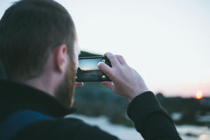 O índice mais confiável para responder a questão é o DXOMark, que dá notas de o a 100 para as câmeras de todos os smartphones. Obviamente, a grande maioria dos campeões são modelos caros e tops de linha. Alguns deles nem são muito conhecidos dos brasileiros. Os aparelhos da HTC e Huawei, por exemplo, não são nem mais vendidos no país