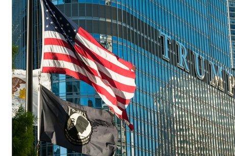 Bandeira dos EUA com a Trump Tower ao fundo