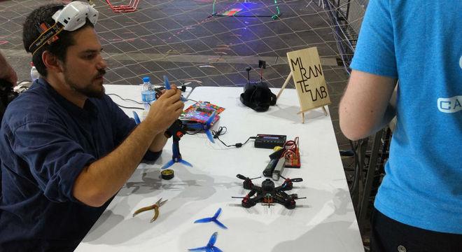 Lucas montou seu primeiro drone em um laboratório público da prefeitura