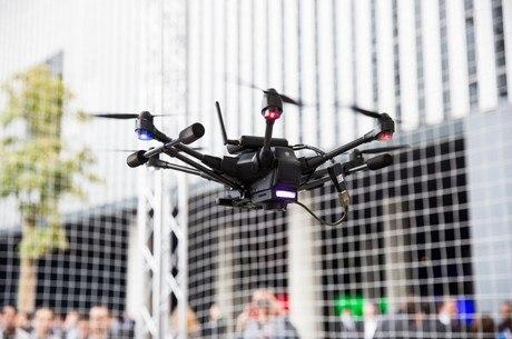 Voo do drone deve ser realizado a 30 metros de edificações e de concentração de pessoas