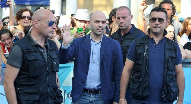 Três seguranças protegem o jornalista Roberto Saviano (ao centro), que escreveu um livro sobre a máfia e depois foi ameaçado de morte várias vezes