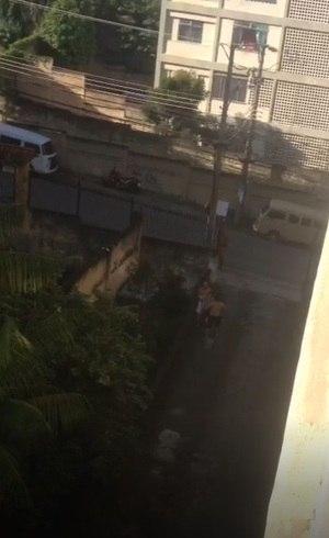 Vídeo mostra vítima carregada na Praça Seca
