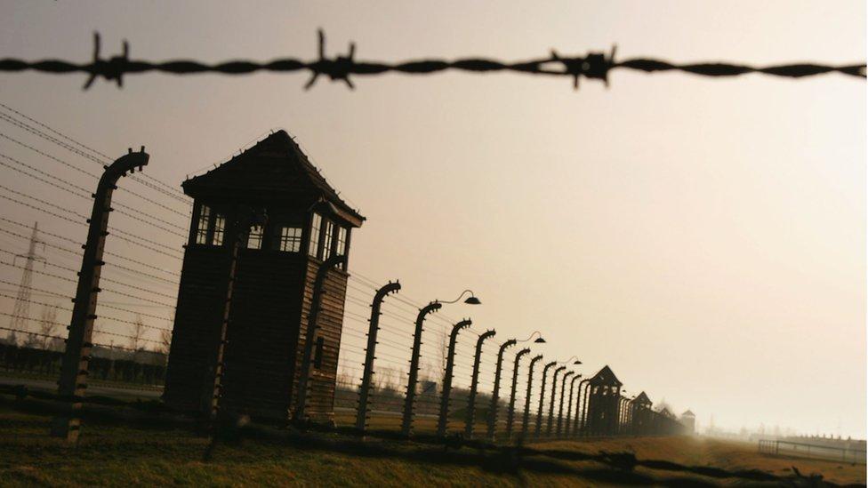 Sob críticas de Israel, presidente da Polônia sanciona lei sobre Holocausto