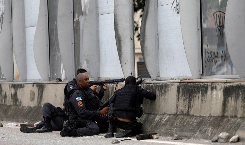 Adolescente morre após confronto entre suspeitos e PMs na Maré