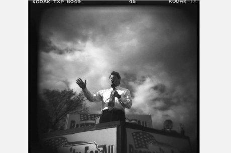 A dramática foto que David Burnett tirou de Al Gore discursando durante a  campanha presidencial de 453a5f200f3be
