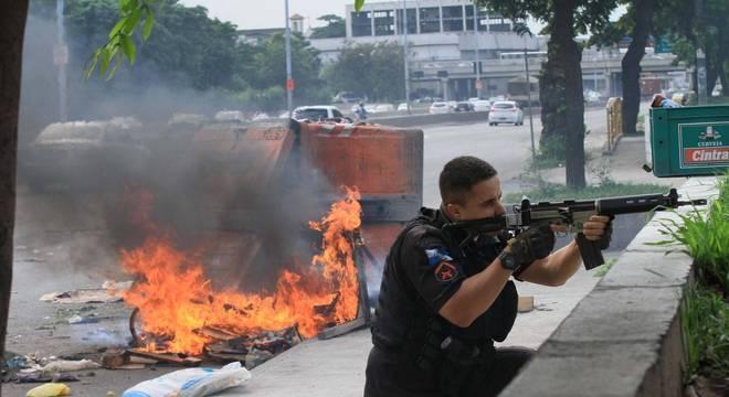 Manifestação e tiroteio fechou vias no Rio