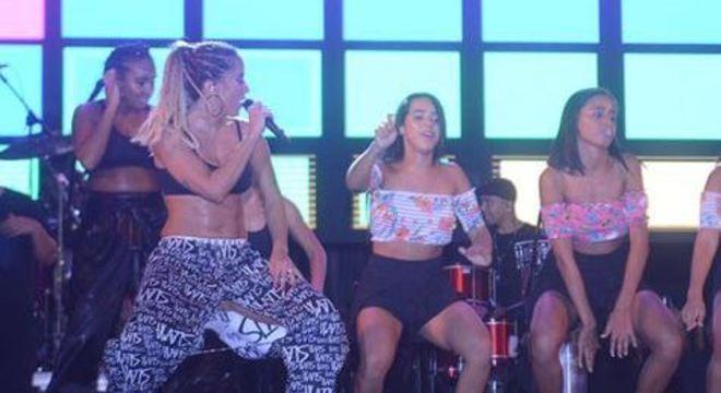 Trio dança com Anitta no Olinda Beer