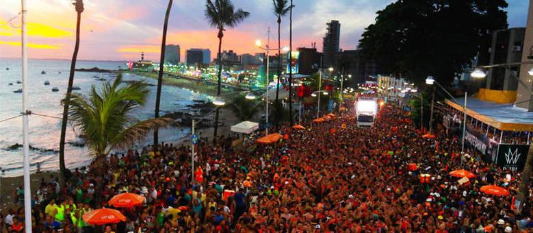 O pôr-do-sol da Barra-Ondina é um dos espetáculos à parte que contornam os desfiles dos trios