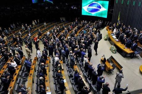 Plenário esvaziado na sessão solene de abertura dos trabalhos
