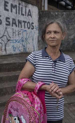 Maria das Graças, 56, é vó de um aluno e diz que falta segurança e consciência