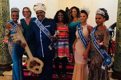 Valéria posou com a corte do Carnaval 2018