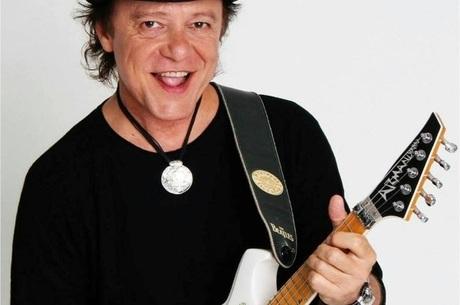 Armandinho toca VH na guitarra baiana